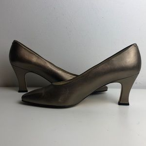 Vintage gold bronze Bandolino leather heels 10